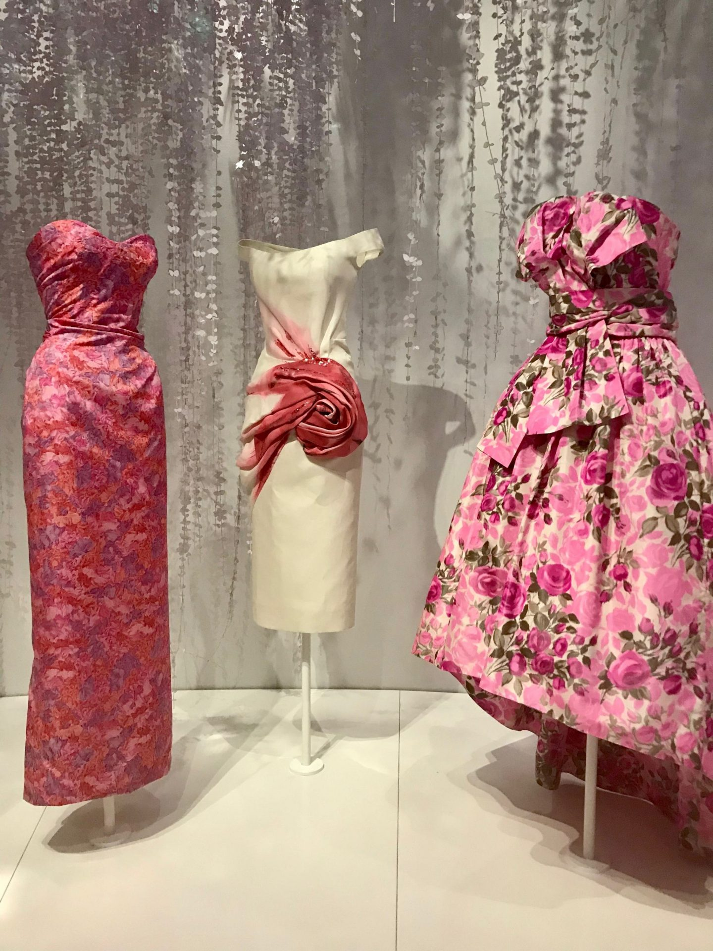I was lucky to get a couple of tickets to see the Dior exhibition. The first time I tried to book, every date was sold out, but then a desicion to extend the exhibition gave me a second chance and I got lucky.